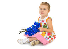 Kleines Mädchen mit einem Blumenstrauß der Blumen Stockfotos