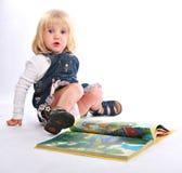Kleines Mädchen mit einem Buch Stockfotografie