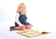 Kleines Mädchen mit einem Buch Lizenzfreie Stockfotografie