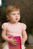 Kleines Mädchen mit einem Buch lizenzfreie stockfotos