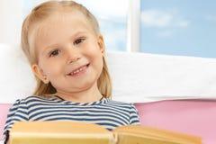Kleines Mädchen mit einem Buch stockfoto