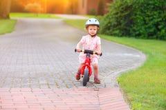 Kleines Mädchen mit einem Fahrrad lizenzfreies stockbild