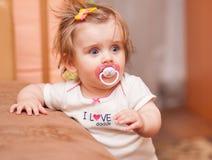 Kleines Mädchen mit einem Friedensstifter stockbild
