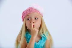 Kleines Mädchen mit einem Geheimnis Lizenzfreie Stockfotos