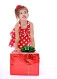 Kleines Mädchen mit einem Geschenk Lizenzfreie Stockbilder