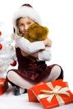 Kleines Mädchen mit einem Geschenk und einem Teddybären Lizenzfreie Stockfotos