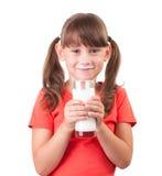 Kleines Mädchen mit einem Glas Buttermilch Stockfotografie