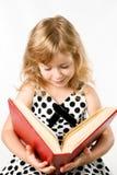 Kleines Mädchen mit einem großen Buch getrennt auf Weiß Stockfotografie