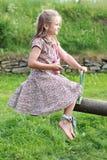 Kleines Mädchen mit einem Handy auf einem Schwingen Lizenzfreie Stockfotos