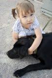 Kleines Mädchen mit einem Hund Lizenzfreies Stockbild