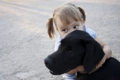 Kleines Mädchen mit einem Hund Lizenzfreie Stockfotografie