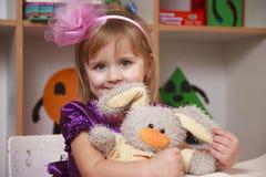 Kleines Mädchen mit einem Kaninchen Stockbild