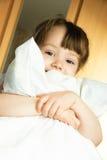 Kleines Mädchen mit einem Kissen Stockfoto