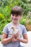 Kleines Mädchen mit einem kleinen Huhn lizenzfreie stockfotografie