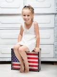 Kleines Mädchen mit einem Koffer Stockbilder