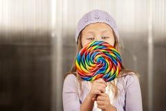 Kleines Mädchen mit einem Lutscher Stockfotos
