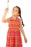 Kleines Mädchen mit einem Malerpinsel, Vorderansicht Stockbilder