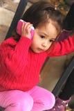 Kleines Mädchen mit einem Mobiltelefon Lizenzfreies Stockfoto
