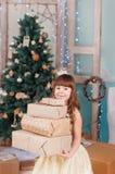 Kleines Mädchen mit einem Neujahrsgeschenk Lizenzfreie Stockfotos