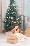 Kleines Mädchen mit einem Neujahrsgeschenk Lizenzfreies Stockfoto