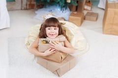 Kleines Mädchen mit einem Neujahrsgeschenk Stockbilder