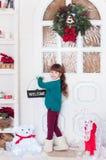 Kleines Mädchen mit einem Neujahrsgeschenk Lizenzfreie Stockfotografie