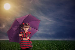 Kleines Mädchen mit einem Regenschirm Stockbild