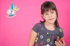 Kleines Mädchen mit einem roten Apfel Stockfotografie