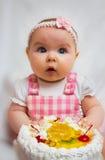 Kleines Mädchen mit einem süßen Kuchen stockbilder