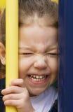 Kleines Mädchen mit einem scrunched Gesicht Lizenzfreies Stockfoto
