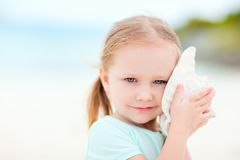 Kleines Mädchen mit einem Seashell Lizenzfreies Stockbild