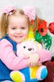 Kleines Mädchen mit einem Spielzeug Lizenzfreies Stockfoto