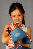Kleines Mädchen mit einem Spielzeughund Stockfoto