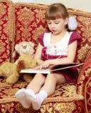 Kleines Mädchen mit einem Teddybären Lizenzfreie Stockfotos