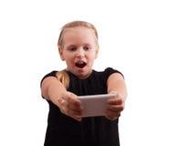 Kleines Mädchen mit einem Telefon Lizenzfreie Stockfotos