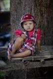 Kleines Mädchen mit einem traditionsgemäß verzierten Gesicht, das den Fotografen betrachtet Stockfotografie