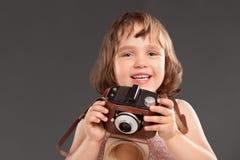 Kleines Mädchen mit einer alten Kamera lizenzfreie stockbilder