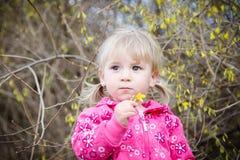 Kleines Mädchen mit einer Blume Lizenzfreies Stockbild