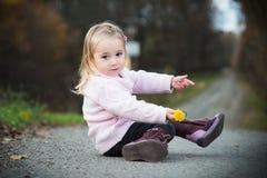 Kleines Mädchen mit einer Blume Lizenzfreie Stockfotos