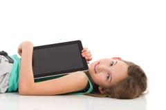 Kleines Mädchen mit einer digitalen Tablette Lizenzfreie Stockfotografie
