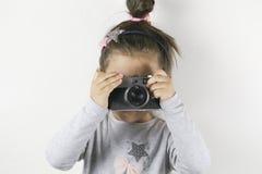 Kleines Mädchen mit einer Filmkamera lizenzfreie stockfotografie
