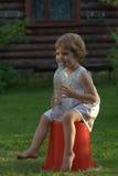 Kleines Mädchen mit einer Flasche Lizenzfreie Stockbilder