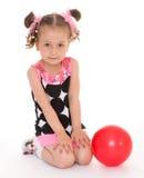 Kleines Mädchen mit einer Kugel Lizenzfreies Stockfoto