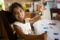 Kleines Mädchen mit einer Lehmkugel der Erde Lizenzfreie Stockfotografie
