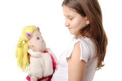 Kleines Mädchen mit einer Puppe stockbilder