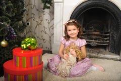 Kleines Mädchen mit einer Puppe in den Händen. Stockbilder