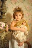Kleines Mädchen mit einer Puppe in den Händen Stockfoto
