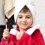 Kleines Mädchen mit einer Zahnbürste stockbilder