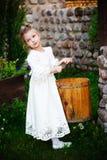 Kleines Mädchen mit Eintauchenwanne Stockbild