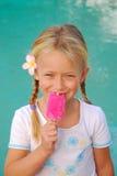 Kleines Mädchen mit Eiscreme Lizenzfreie Stockfotos